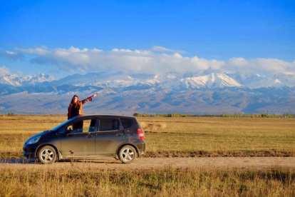 キルギスタン-山、車-旅行
