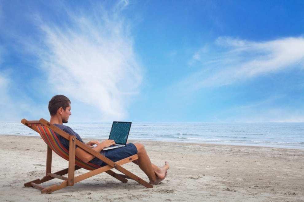 Travailler sur la plage - combiner voyage et travail