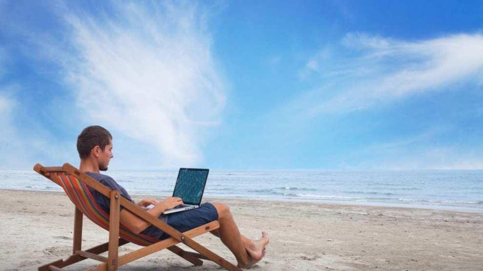 Arbejde på strand - kombinere rejse og arbejde