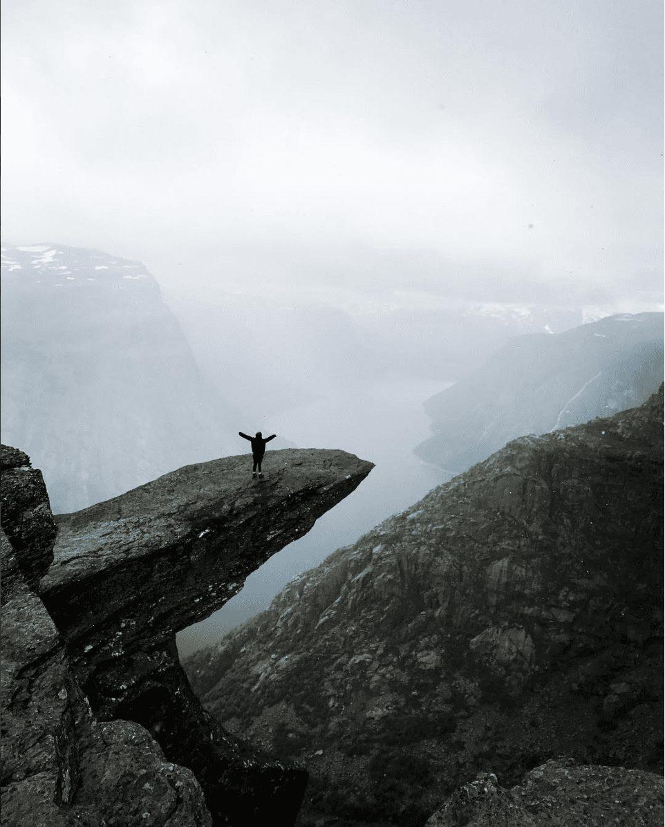 Norge - pige klippe trolltunga - rejser