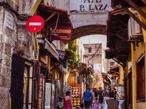 Viajar por las calles de Grecia en Rodas