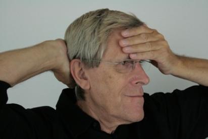 Mit der Übung Stirn-Hinterkopf halten kannst du spürbar entspannt sein