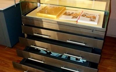 Витрина-стол архивная с застекленными выдвижными ящиками