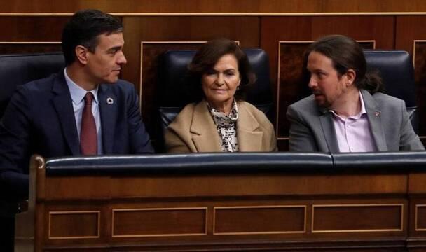 El presidente Sánchez, con los vicepresidentes Pablo Iglesias y Carmen Calvo