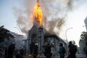 Photo of Encapuchados incendian y dañan dos iglesias tras de masiva manifestación en Chile