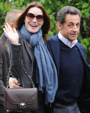 Carla Bruni arm-crook handbag pose