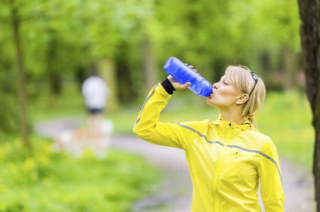 tomar-agua-caminahda O que comer antes de caminhar - Remédio Caseiro
