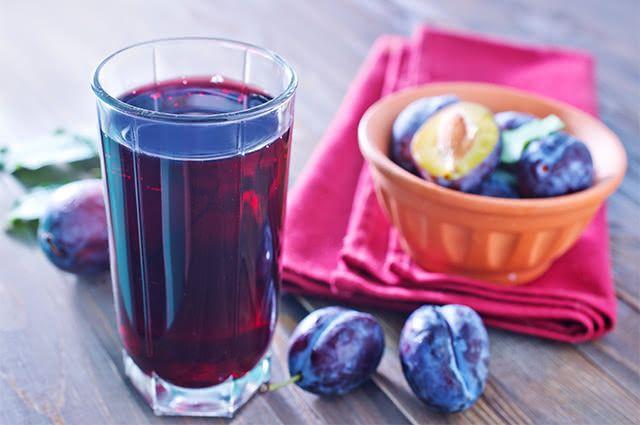 Auxilie na coagulação sanguínea tomando suco detox de ameixa com abacaxi