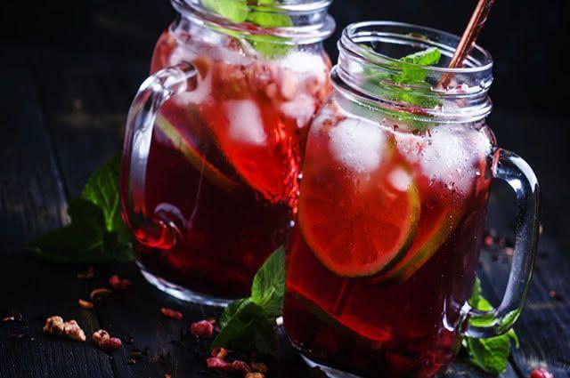 O suco de hibisco melhora a digestão e age como detergente do organismo graças ao limão