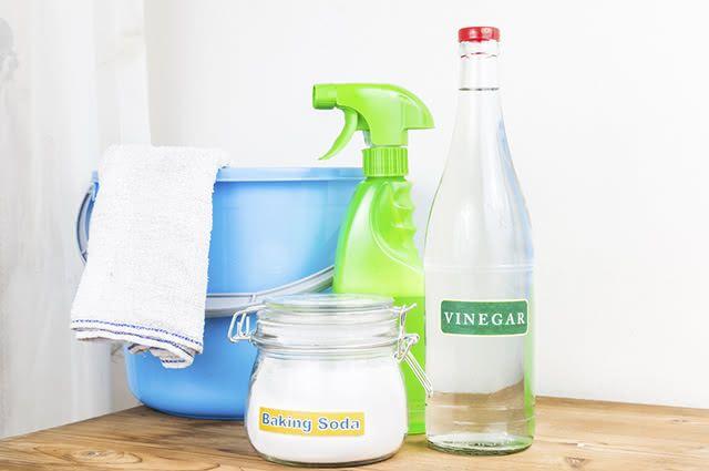O vinagre pode ser usado para fazer a higienização de diversos cômodos da casa