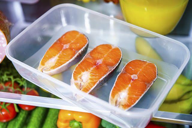 Em recipientes fechados, os alimentos são impedidos de estragarem facilmente