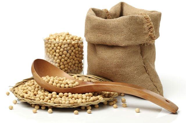 A soja contém valina, que melhora a regeneração dos tecidos, e combate a acne