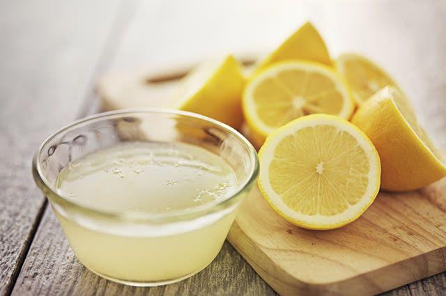 Existem duas formas de usar limão na limpeza da geladeira a fim de tirar o cheiro de peixe do eletrodoméstico