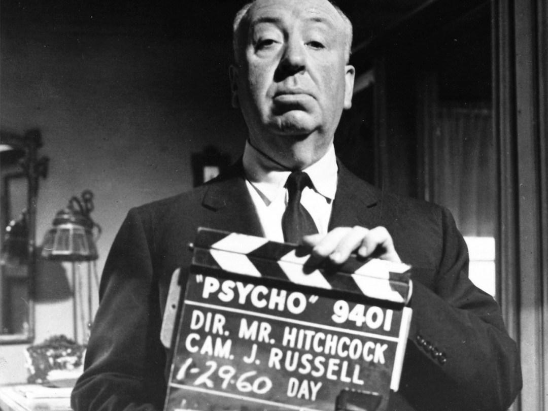 Hitchcock e a claquete usada nas gravações de Psycho