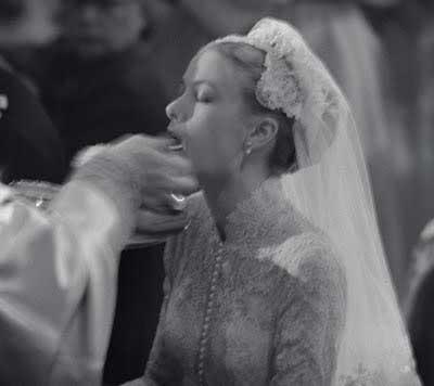 Grace Kelly (Princesa Grace de Mônaco recebendo a Sagrada Comunhão da maneira católica).