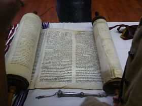 English: The Yanov Torah rescued from the Holo...