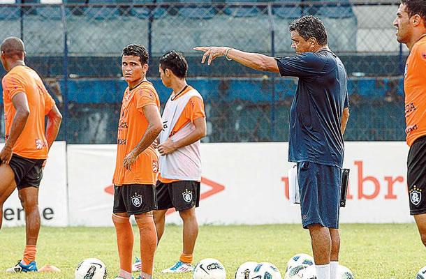 Flávio Araújo comanda os treinamentos no Baenão