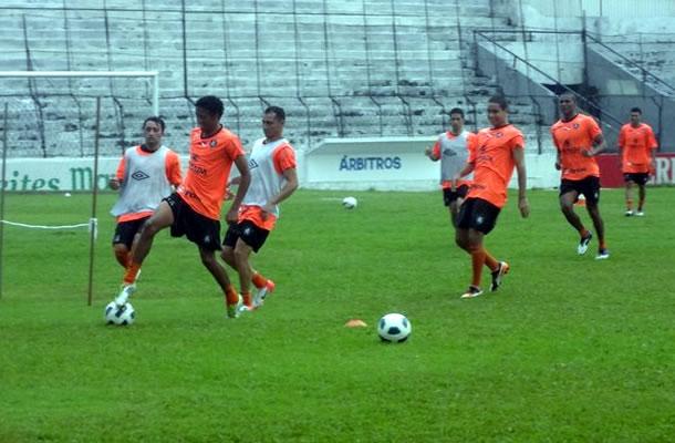 Jogadores treinam com bola