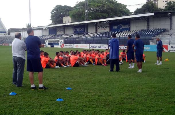 Flávio Araújo conversa com os jogadores antes do treino no Baenão