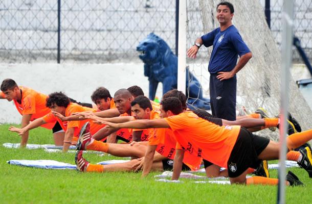 Jogadores realizam treino físico no Baenão