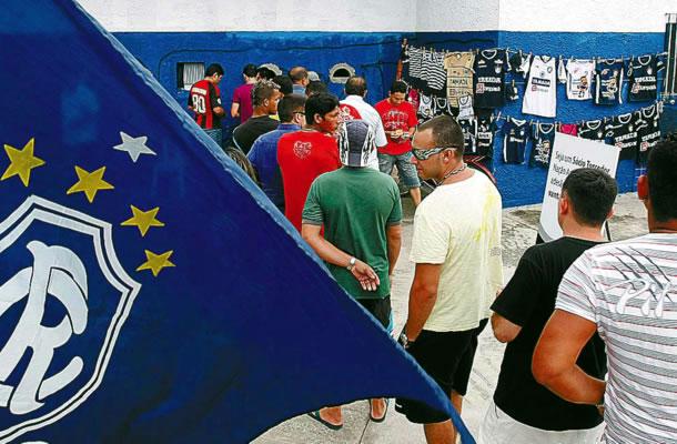 Torcida azulina faz fila para comprar ingressos
