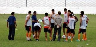Flávio Araújo orienta jogadores antes do treino no Baenão