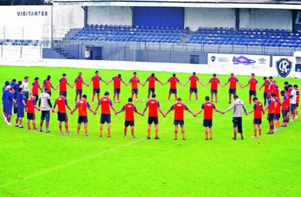 Jogadores fazem uma oração antes do treino no Baenão