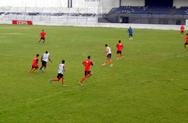 Jogadores realizam treino tático no Baenão
