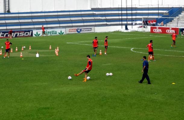 Jogadores remistas em mais um dia de treinamentos no Baenão