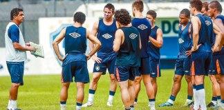 Flávio Araújo conversa com jogadores durante os treinos