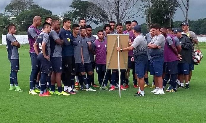 Ney da Matta orienta os jogadores antes de iniciar o treino