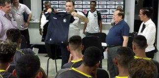 Kit de uniformes foi entregue pelo diretor de material, Neto Vieira, e o presidente Manoel Ribeiro