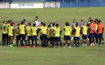 Márcio Fernandes orienta os jogadores antes de iniciar o treino