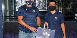 Vice-presidente Cláudio Jorge entrega kits aos sócios-torcedores