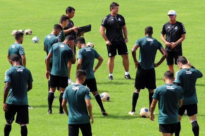 Mazola Júnior orienta os jogadores antes de iniciar o treino