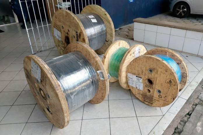 Baenão recebe cabos elétricos