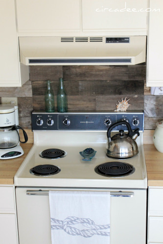 Remodelaholic pallet wood backsplash