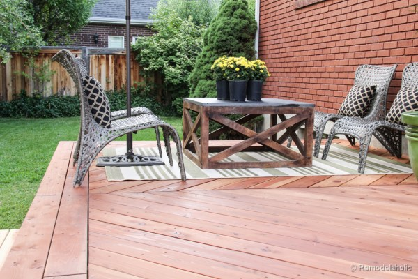 This is the perfect outdoor coffee table for the deck, love the X base.  Build a DIY outdoor coffee table with these free plans.