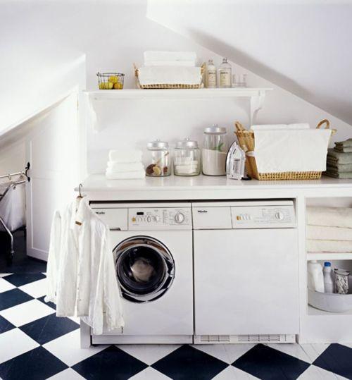 Un grenier peut être un grand espace pour une buanderie présenté sur Remodelaholic.com