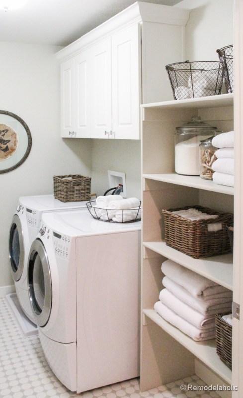 Fabuleuses idées de conception de salle de lavage de @Remodelaholic Pretty White buanderie avec des étagères pour le stockage.