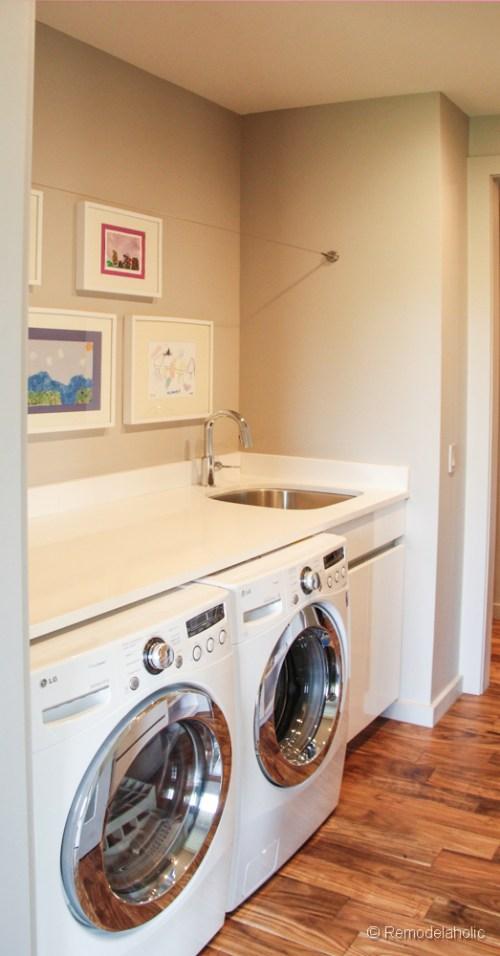 Buanderie simple avec corde à linge. Fabuleuses idées de conception de salle de lavage de @Remodelaholic