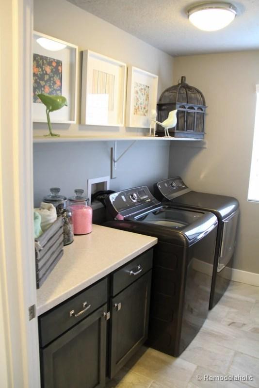 Une étagère de rangement ou de décoration et un plateau de table à plier dans une petite buanderie. Fabuleuses idées de conception de salle de lavage de @Remodelaholic