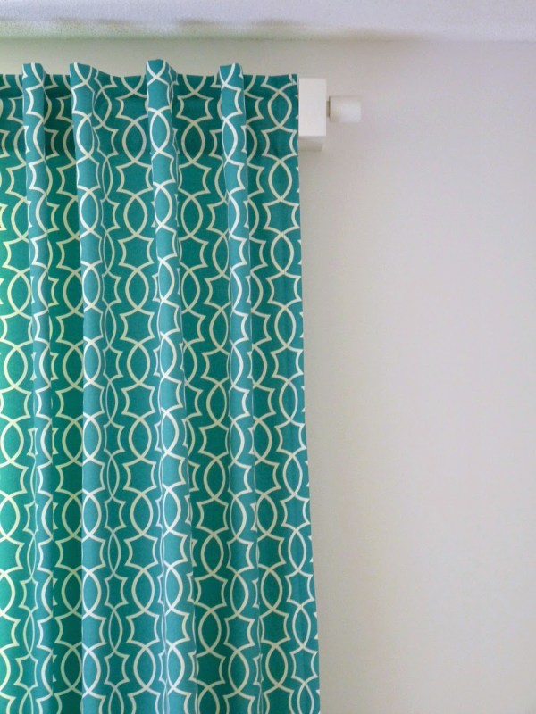 geometric patterned curtains with diy back tab loops, Dans le Lakehouse on @Remodelaholic