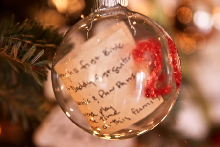Time capsule Ornaments - Try these 35+ DIY ideas for clear glass ornaments to add precious memories and lots of spirit to your Christmas tree! from @tipsaholic #ornaments #diy #christmas