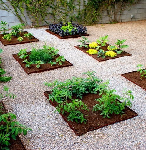 Steel garden edging ideas via landcaping network featured on Remodelaholic.com