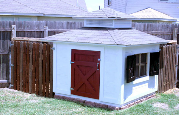 Remodelaholic chicken coop with shutters