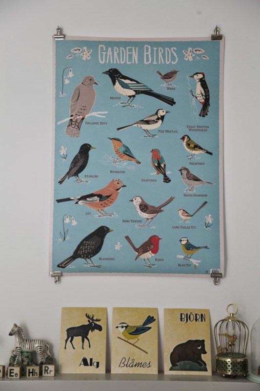 hang a poster with 4 clips on the wall (Junkaholique)