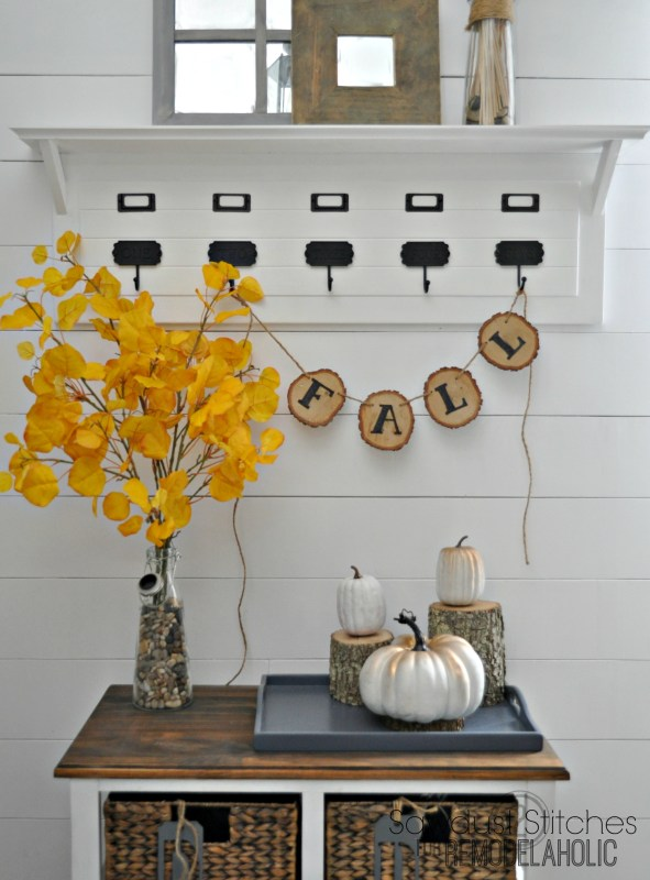 Easy fall decor, just use a woodburner or a permanent marker to write on wood slices to make a cute decorative banner!
