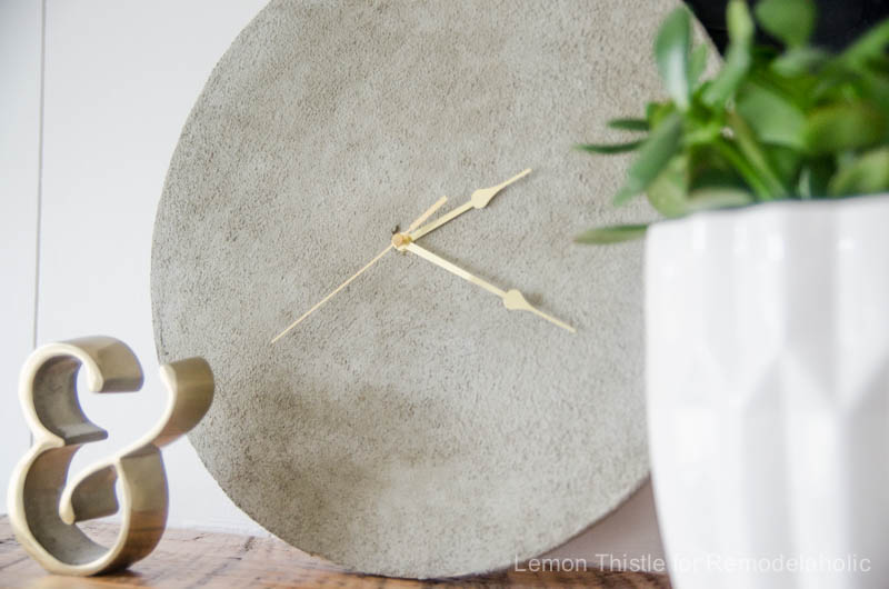 DIY Simple Concrete Clock- I love how easy this is to make! So fun