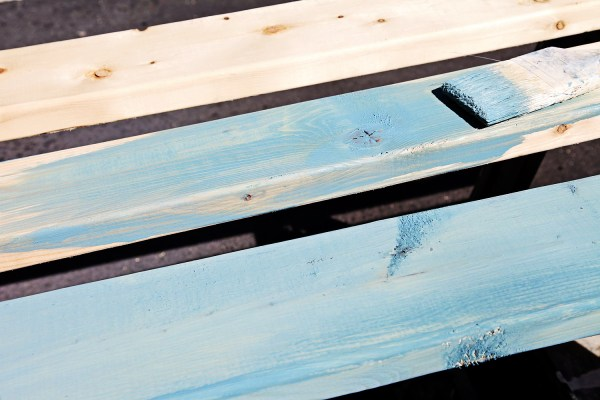 Using Miss Mustard Seed Milk Paint to create a beach-inspired side table by Shabbyfufu featured on @Remodelaholic